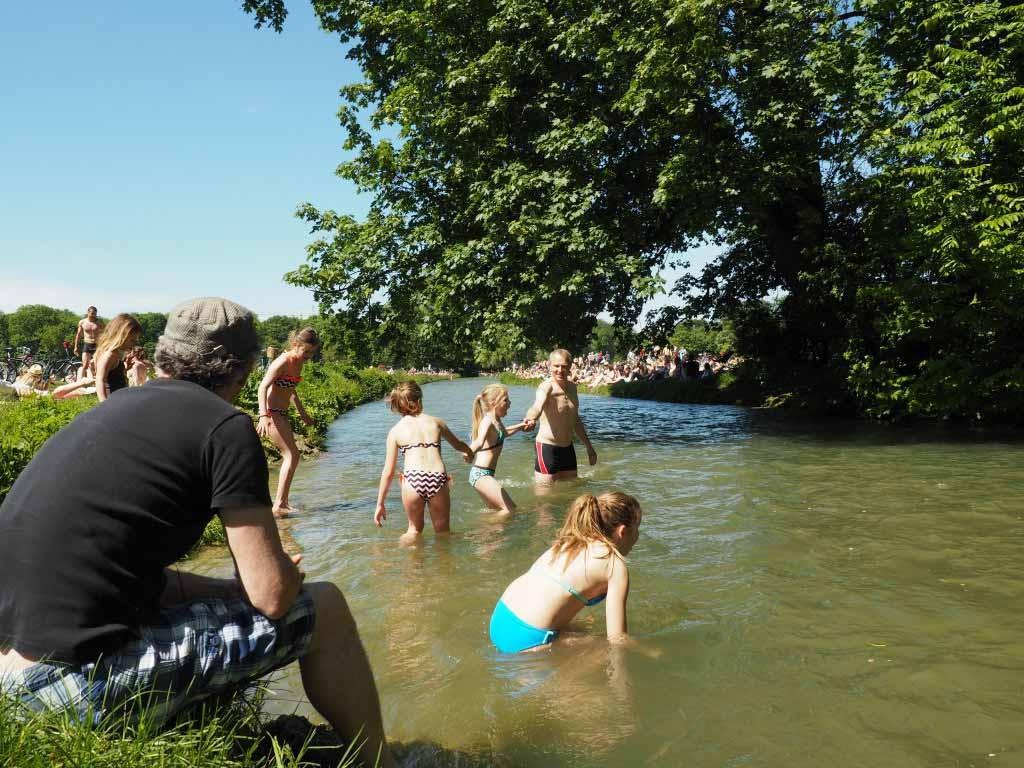 Zwemmen in de Schwabinger beek in München